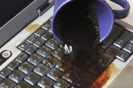 Phải làm gì nếu bị đổ nước vào Laptop